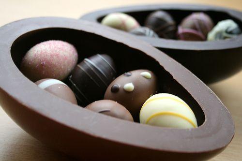 ovo de chocolate com casca trufada e ovinhos dentro