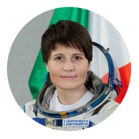 "TERRA REAL TIME: L'astronauta italiana Samantha Cristoforetti vede qualcosa e rimane stupita eslamando: ""Oh my God!"" (video)"