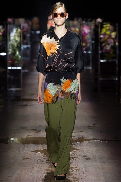 View the complete Dries Van Noten Spring 2017 collection from Paris Fashion Week.