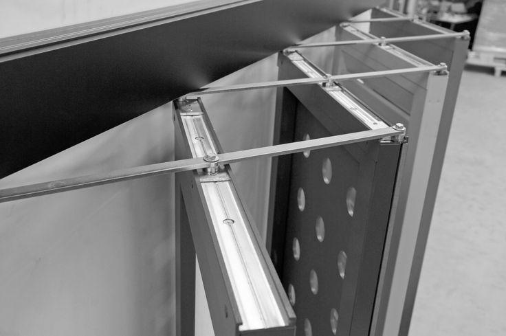 Le volet pantographe est une innovation Griesser révolutionnaire. Voici enfin une déclinaison du brise soleil classique conçue avec des lames verticales. En outre, c'est une nouvelle ambiance de lumière et d'effet d'ombres que propose ce produit qui s'intègre parfaitement dans la RT 2012. En position ouverte ou intermédiaire, il permet un apport lumineux variable. En position fermé, le volet propose une fermeture.