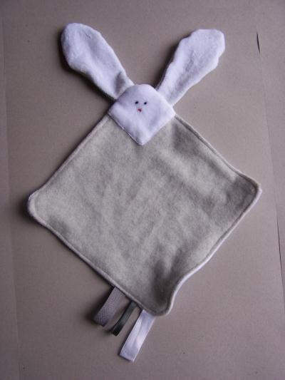 doudou lapin    tissu en velours éponge blanc et tissu polaire grise