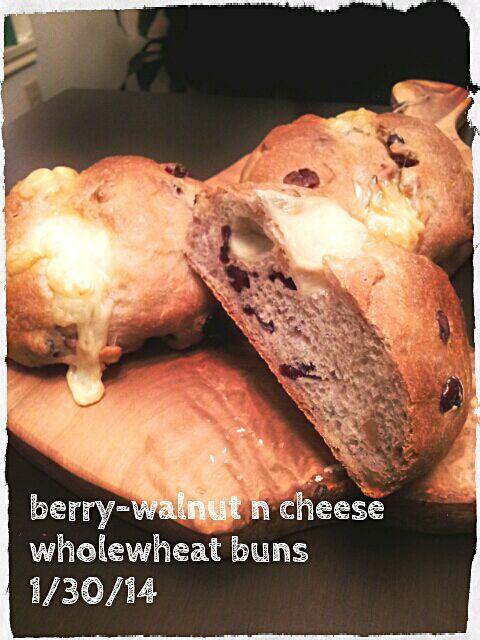 クランベリー、ブルーベリーに胡桃を混ぜ込んだ全粒粉パン♪  チーム「甘じょっぱい」所属なので、 モツァレラチーズをトップにのせて焼きましたー(*´∀`*) - 165件のもぐもぐ - ベリーと胡桃の全粒粉バンズ w/モツァレラチーズトップ by aimipasta