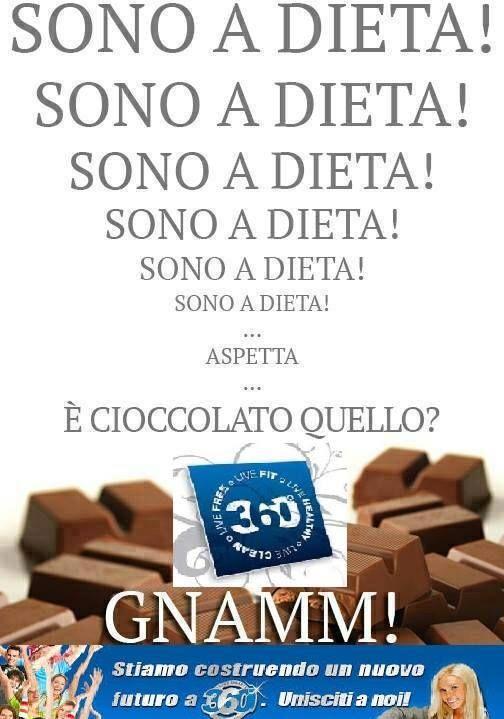 """Quante volte, durante l'ennesima #dieta, cadiamo in tentazione, e ci """"tuffiamo"""" nel #cioccolato o nel barattolo di Nutella?!?  Ed è così che in un attimo, mandiamo a rotoli tutti i sacrifici fatti fino a quel momento...  MA OGGI LE COSE SONO CAMBIATE! NON SOLO POSSIAMO PERMETTERCI IL LUSSO DI MANGIARE CIOCCOLATO A DIETA... ADDIRITTURA E' PROPRIO IL CIOCCOLATO A FARCI DIMAGRIRE!!!!"""