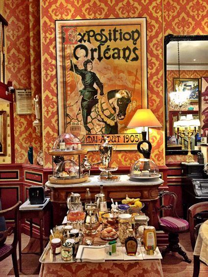 Café da manhã do hôtel de l'abeille. Eu fiquei no charmoso Hôtel de l'Abeille. O hotel fica muito bem localizado no centro de Orleans e facilita para conhecer o centro histórico todo a pé. O Hôtel de l'Abeille é da mesma família há 4 gerações. Eles preparam um café da manhã saboroso com produtos orgânicos da região.