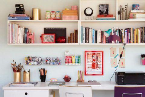 Uma limpeza básica é sempre bem-vinda, ainda mais no escritório, que acumula qualquer quantidade de papéis, lembretes, cartões e etc.