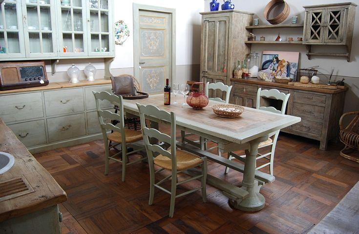 La Cucina Essenza è un esempio di utilizzazione di legni antichi di varia essenza (rovere, abete, pioppo), in prima patina, decapati a regola d'arte.