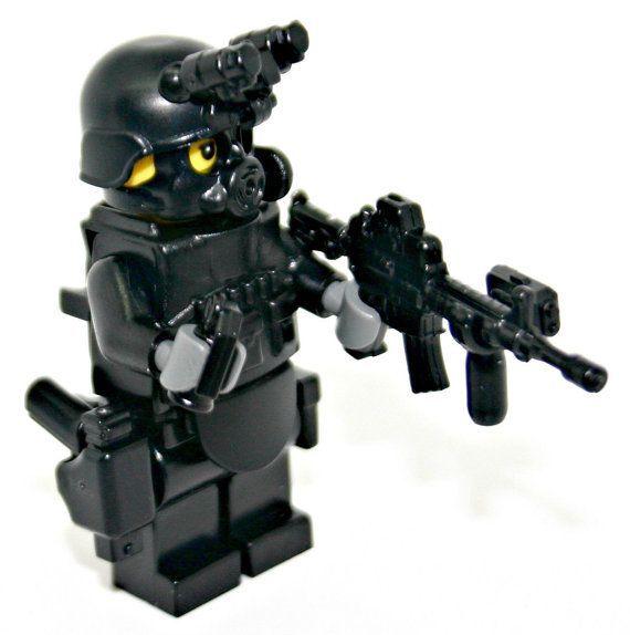 LEGO.com  Minifigures : Bios - Series 8 - Football Player