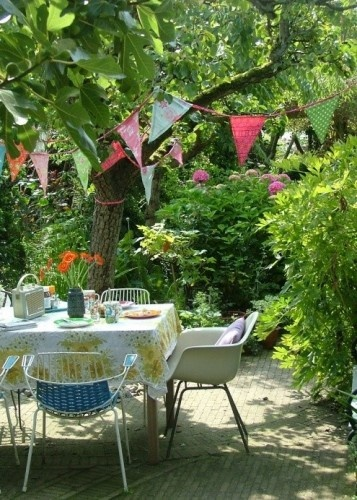 b3409e76052d621cecae330dd2572137--garden-bunting-garden-flags.jpg
