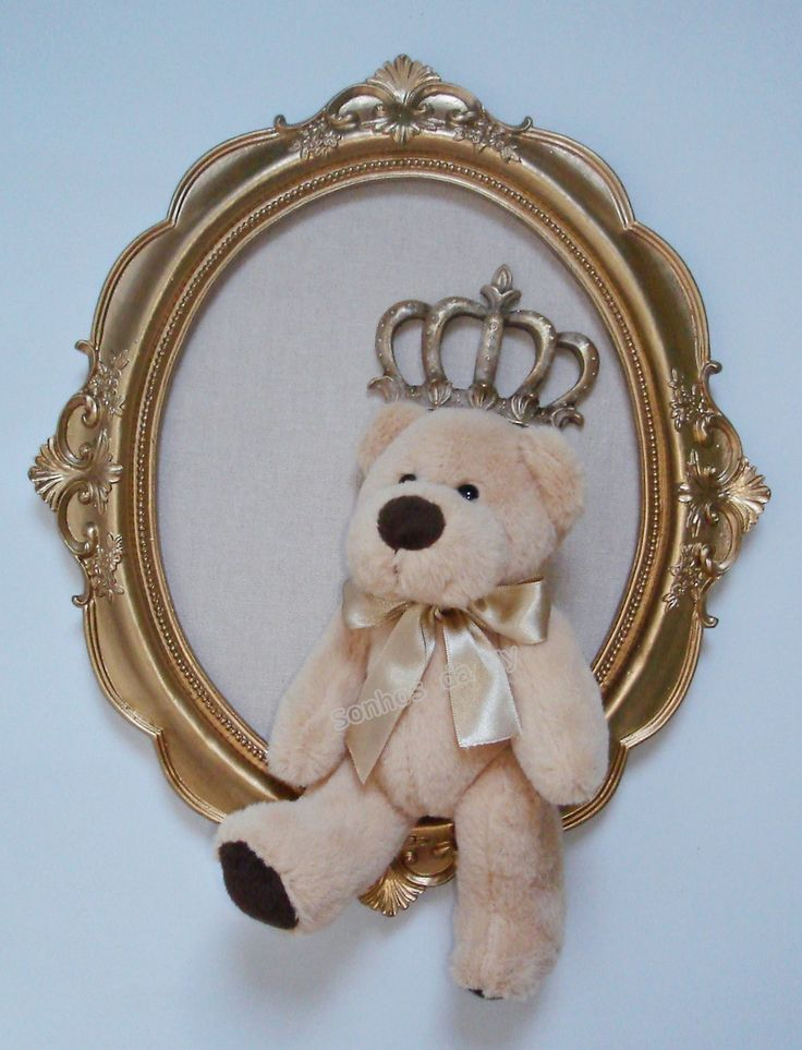 Quadro oval dourado, fundo linho bege, aplique de coroa e urso. <br>Pode ser personalizado.