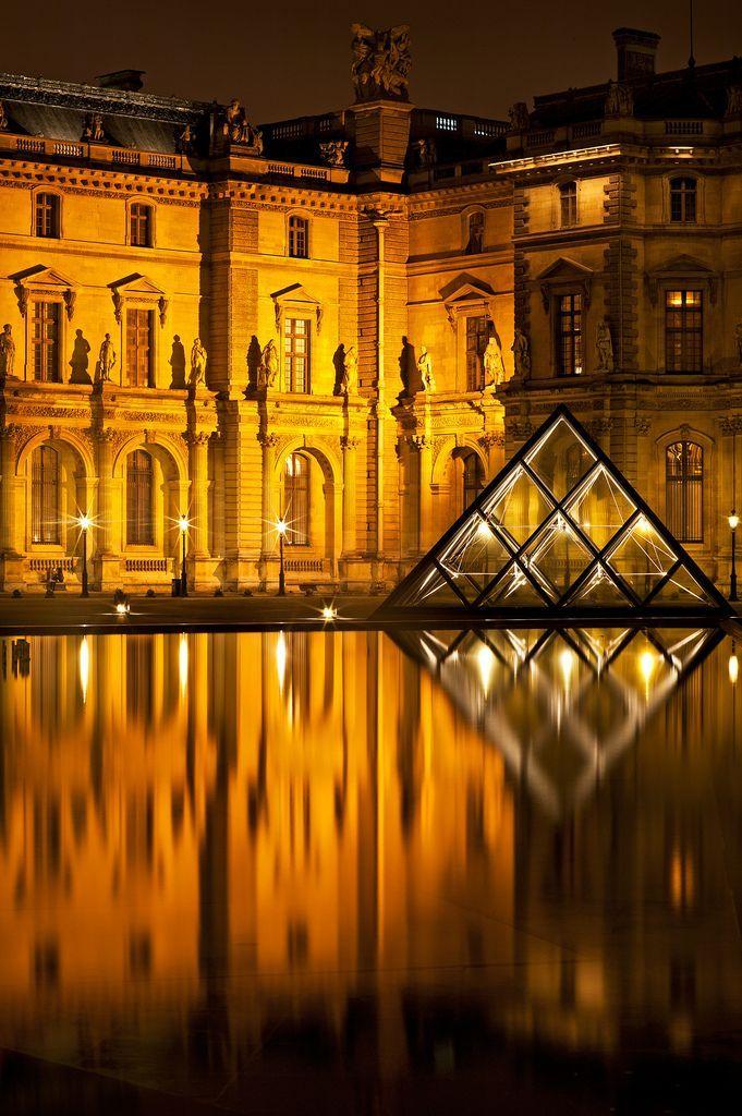 ¿Has estado en el #Louvre? Por la noche se ve majestuoso - http://www.viajaraparis.com/ #Paris #turismo #viajar