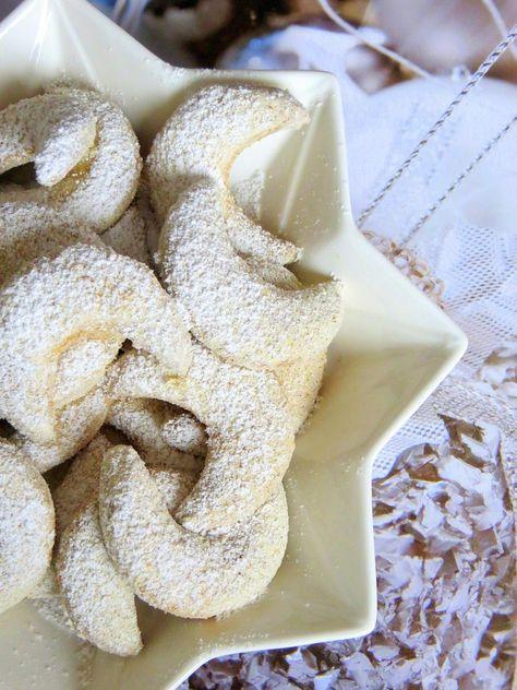 Ihr Lieben ❤️ Weiter geht´s in der Weihnachtsbäckerei. Vanillekipferl dürfen auf dem Plätzchenteller nicht fehlen. Wusstet ihr, dass Vanilekipferl eine traditionell österreichisch – böhmische Lecke…