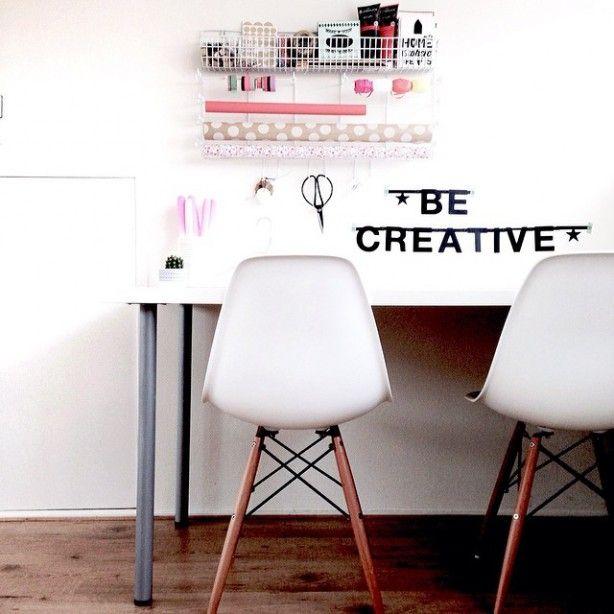 Een letterslinger als decoratie. Bijv. 'Be creative' bij de werkplek.