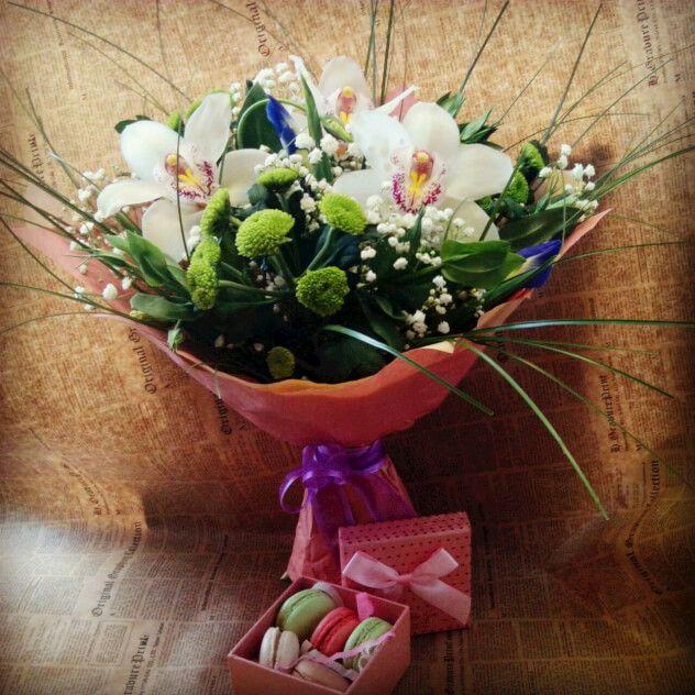 Очень нежный и ароматный букетик с орхидеей и Коробочка с французским миндальным печеньем.
