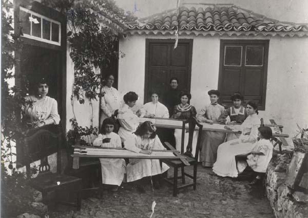 """LOS ANTIGUOS OFICIOS """"CALADORAS E HILANDERAS""""  LOS ANTIGUOS OFICIOS """"CALADORAS  E  HILANDERAS""""         Años 1.900 - 1.910 Caladoras de Tenerife     Años 1.900 - 1.910 Caladoras de Tenerife"""