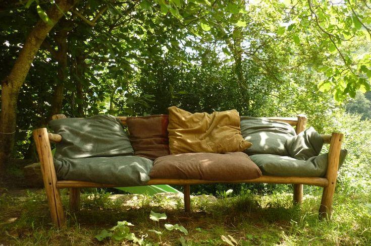 Divano ad Impatto Zero: Un divano fatto con 2 piccoli alberi, una rete di un vecchio letto. I cuscini sono riempiti con lana di pecora e la stoffa viene da un mercatino di seconda mano.