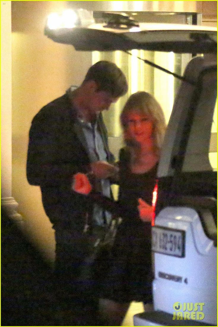 taylor swift alexander skarsgard dine with the giver cast 02 Taylor Swift and Alexander Skarsgard leave a restaurant after having dinner with the cast of The Giver on Sunday (October 20) in Cape Town, South Africa.    The…