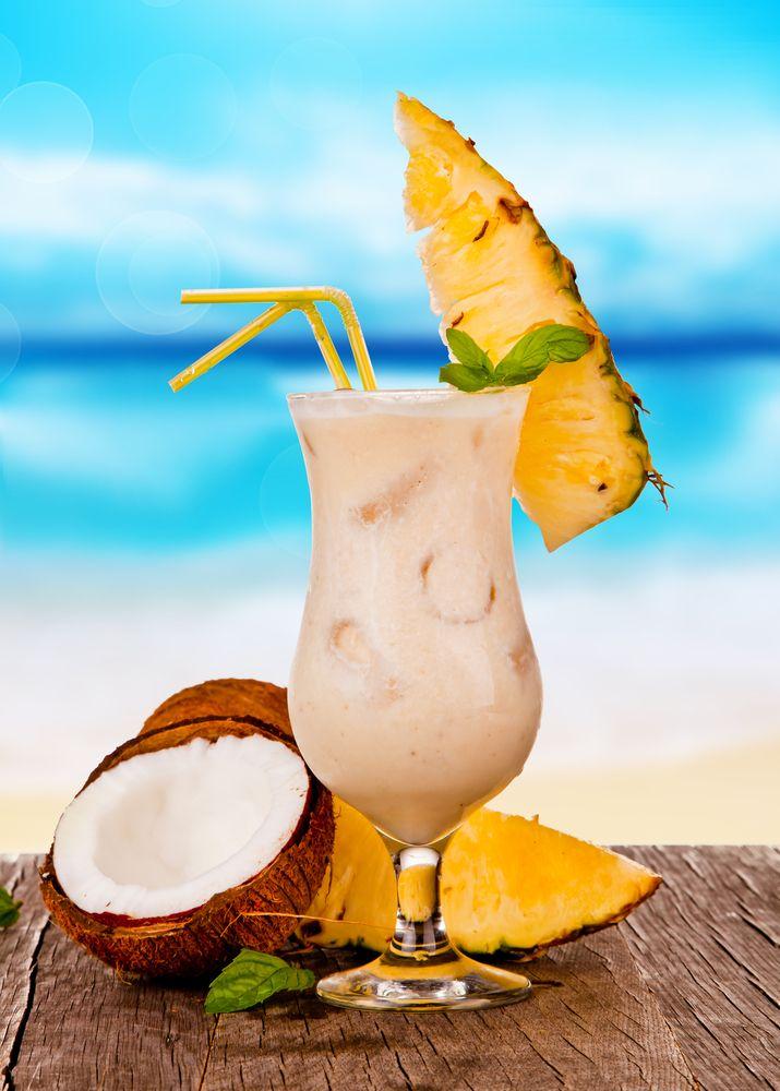 Esta receta de bebida de piña colada sin alcohol es muy rica, la pueden tomar los niños ya que no contiene alcohol. Prepara una tarde de cocteles y disfruta de esta bebida tan refrescante llena de coco y piña.