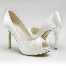 Prachtige schoen van satijn en kant. Dit is een stijlvolle blikvanger onder je trouwjurk! Peeptoe. Hakhoogte 9,5 cm. Verkrijgbaar bij Hip! Weddingdesign.