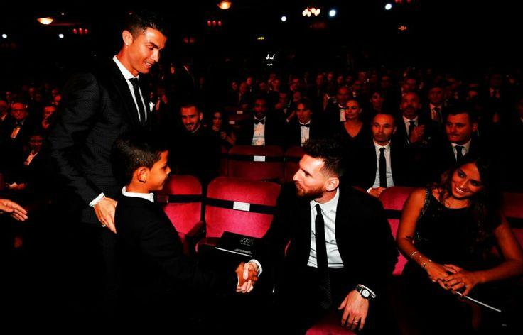 Las dos mayores deidades del fútbol actual en una misma imagen.☝ Cristiano,y su hijo saludando a Messi.  Épico 😎👏