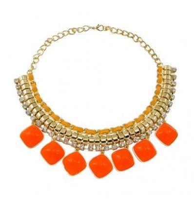 Collar estilo gargantilla formado por una cadena de eslabones dorados entrelazados con lazo naranja y decorados con una fila de cristales redondos y piedras color naranja. Cierre de mosquetón en la parte trasera y alargador.