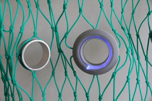 Redes de pesca con agujeros iluminados (para salvar los peces)  El descenso del número de peces, por las capturas indiscriminadas de especies que no son comercializables y de ejemplares de pequeño tamaño, es un problema de primer orden en los ecosistemas de todos los mares del mundo.   Dentro de las distintas modalidades de pesca, la de arrastre es de las más dañinas. En esta modalidad los barcos con sus redes capturan todos los peces que nadan bajo el agua, independientemente de su tamaño.
