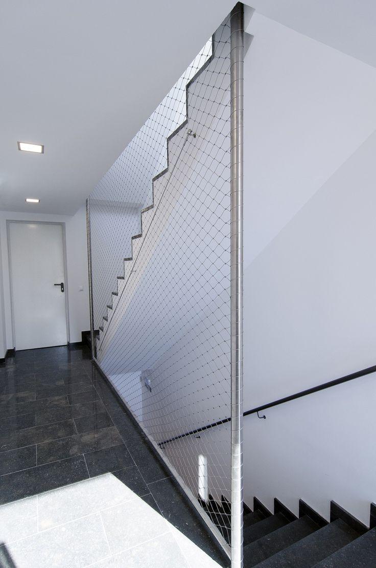 Malla de cables de acero inoxidable X-TEND como protección anti-caída en hueco de escalera.
