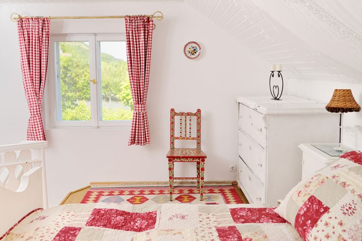 The Nest is a traditional vineyard cottage (45 m2) and is split on three levels. There is a large airy double bedroom, down a few steps to the mid-level where there is day room with a day bed (perfect for a child or young adult to sleep).