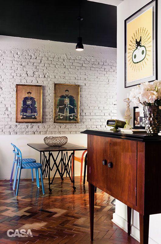"""""""15 ideias de decoração em apê alugado sem precisar de quebra-quebra - Casa - s peças em mau estado no piso de tacos original foram retiradas, e os vazios, preenchidos com concreto. No teto e no alto da parede da sala de jantar, usou-se tinta preta. Os móveis da área de refeições são fáceis de deslocar: mesa com rodízios (Firma Casa) e cadeiras de alumínio (Ikea), que chegaram de Miami desmontadas na mala."""""""
