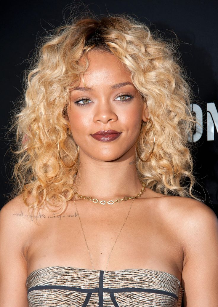 #WCW: Rihanna - she is a magical angel who can even make buttery blonde hair with visible roots look totally elegant, also she was wearing marsala lipstick before it was cool. | Daily Makeover