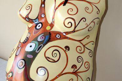 Vientre 3d de embarazada con pecho.  Pintura inspirada en el arbol de la vida de Gustav Klimt.