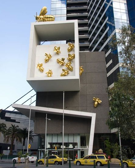Love love love this; on my bucket list! Queen bee sculpture in Melbourne
