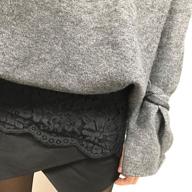 Je crois que j'ai mal choisi le jour pour sortir le short 😂 pull loose avec noeuds aux manches co actuelle et short (old) @zara , tunique dentelle @etam #look#lookbook#lookoftheday#ootd#wiwt#outfit#outfitoftheday#fashion#fashionpost#fashiongram#instafashion#instalook#instastyle#sweater#mode#streetstyle#fashionblogger#lace#dailypost#dailylook#todaysoutfit#whatiwore#picoftheday#instadaily#lookdujour#stylish#zara#black#followme#igers