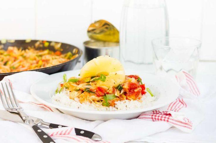 Recept voor kip in zoetzure saus voor 4 personen. Met zonnebloemolie, zout, peper, Chinese roerbakgroente, snoeptomaatjes, kipfilet, ananasstukjes, gember, knoflook, tomatenketchup, azijn, bloem, gepelde tomaten en honing