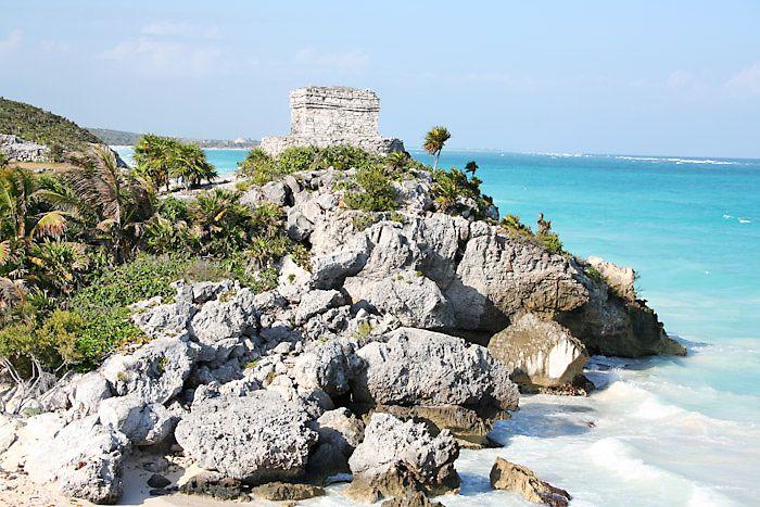 Moim pierwszym krokiem podróży do Meksyku było marzenie. Rajskie plaże, turkus wody, cudowna fauna i flora, zabytki kultury Majów… Dla mnie Meksyk jest jednym z piękniejszych krajów na świecie, bogaty zarówno w kulturę jak i w miejsca zapierające dech w piersi. Zwiedzając ten cudowny kraj, poczułam się jakbym była w raju. Najbardziej znaną, znajdującą się w gronie kurortów o światowej renomie są miejscowości Cancun oraz Playa del Carmen. Większość hoteli usytuowana jest blisko plaży i w…