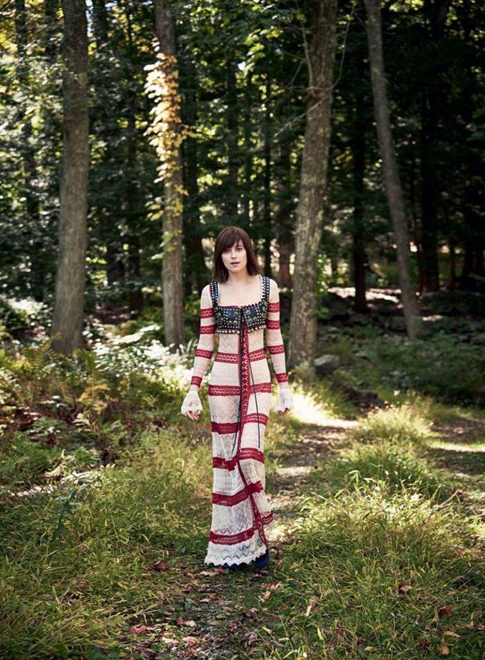 """На обложке февральского Vogue появилась Дакота Джонсон (Dakota Johnson), звезда фильма """"На пятьдесят оттенков темнее"""". Фотографировал ее Патрик Демаршелье (Patrick Demarchelier)."""