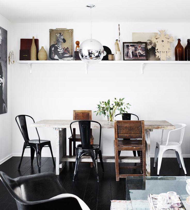 Matbordet är egen desing, byggt av Enskede bygg & inredning. Runt om matbordet står nytillverkade Tollix-stolar och antika allmogestolar, Rund silverlampa, Tom Dixon.