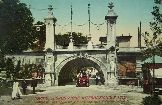 Tunnel di passaggio all'Esposizione del 1911 oltre il ponte Isabella - Torino Le due colonne oggi non ci sono più