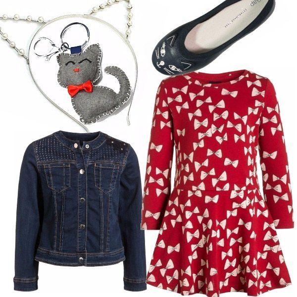 Il vestito rosso con fiocchetti stampati abbinato con le ballerine a forma di gattino e il giacchino in jeans, in una deliziosa combinazione scherzosa e bon ton. Il cerchietto a orecchie da gatto aggiunge quel tocco in più e il portachiavi è semplicemente adorabile.