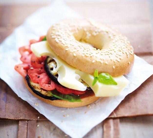 Vous êtes à la recherche d'un encas différent que les traditionnels sandwichs ? Réalisez cet appétissant bagel à l'emmental. #recette. Crédits photo et recette : Les Fromages de Suisse. Source : Relaxnews.