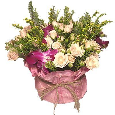 """5 кустовых роз, 2 орхидеи """"Дендробиум"""", солидаго и тласпи в коробке размером 10х15 см"""