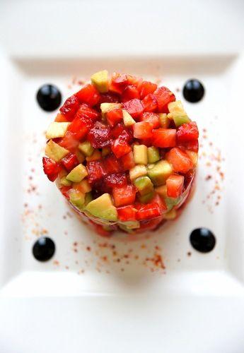 Салат из клубники и авокадо