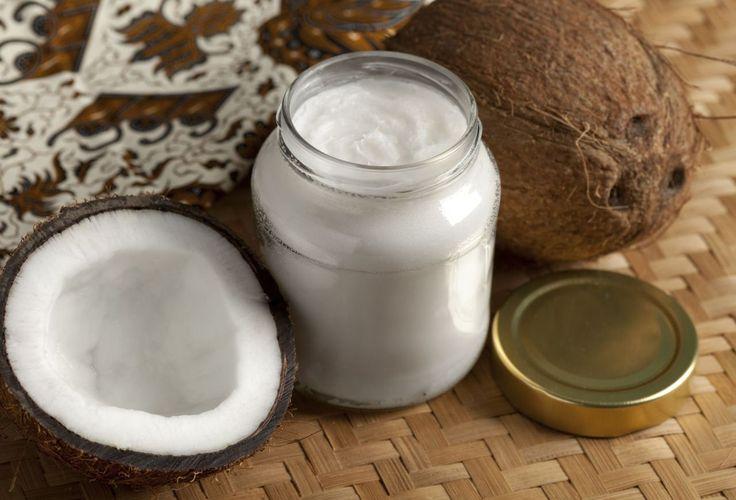 Kokosöl ist günstig und wirkt dabei wie ein Luxus-Beautyhelfer. Auch in der Küche macht es sich gut.