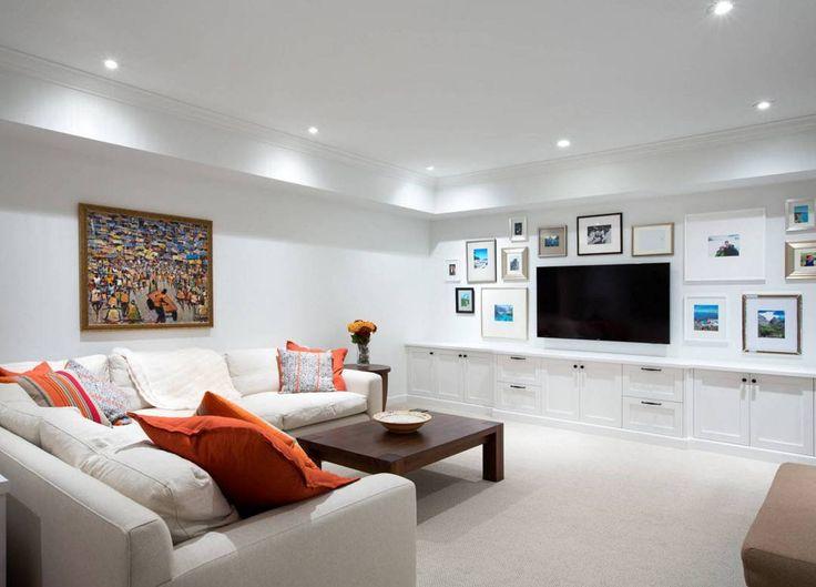 Если системы хранения, состоящие из нижнего яруса шкафчиков, исполнены в белом цвете, то на фоне аналогичной отделки могут практически раствориться в пространстве. Только вам решать – выполнить ли фасады гладкими, без фурнитуры или привлечь внимание оригинальными ручками, держателями, декором. #мебельназаказ #мебель #мебельмосква #мебельподзаказ #дизайнинтерьера #холмецкий #красиваямебель #элитнаямебель #новостидизайна #мирмебели #функциональность #организацияпространства #системахранения