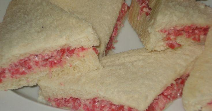 Sandwiches de salami y queso con tomate