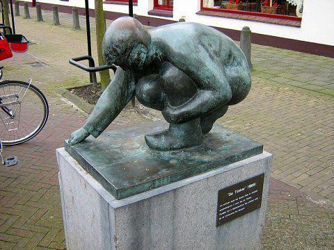 """""""De Túnker"""" (1985) Dit brûnzen byld van Gosse Dam út Aldwâld symbolisearret it wurk fan de Túnker. Fanâlds hat it tûnkerbedriuw fan ynfloed west op de ûntjouwing van Burgum"""