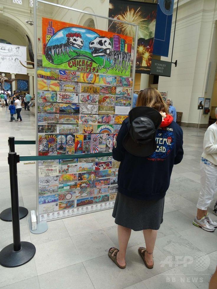 米イリノイ州シカゴの「ソルジャー・フィールド」近くの博物館で展示された、チケットを求めるファンたちが書いたメッセージ(2015年7月2日撮影)。(c)AFP/SHAUN TANDON ▼7Jul2015AFP|グレイトフル・デッド、米シカゴで最後のコンサート http://www.afpbb.com/articles/-/3053880