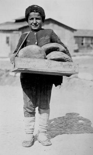 ΘΕΣΣΑΛΟΝΙΚΗ: Προσφυγόπουλο από τον Καύκασο σε Αγγλικό στρατόπεδο προσφύγων το 1921. πηγή: The Library of Congress