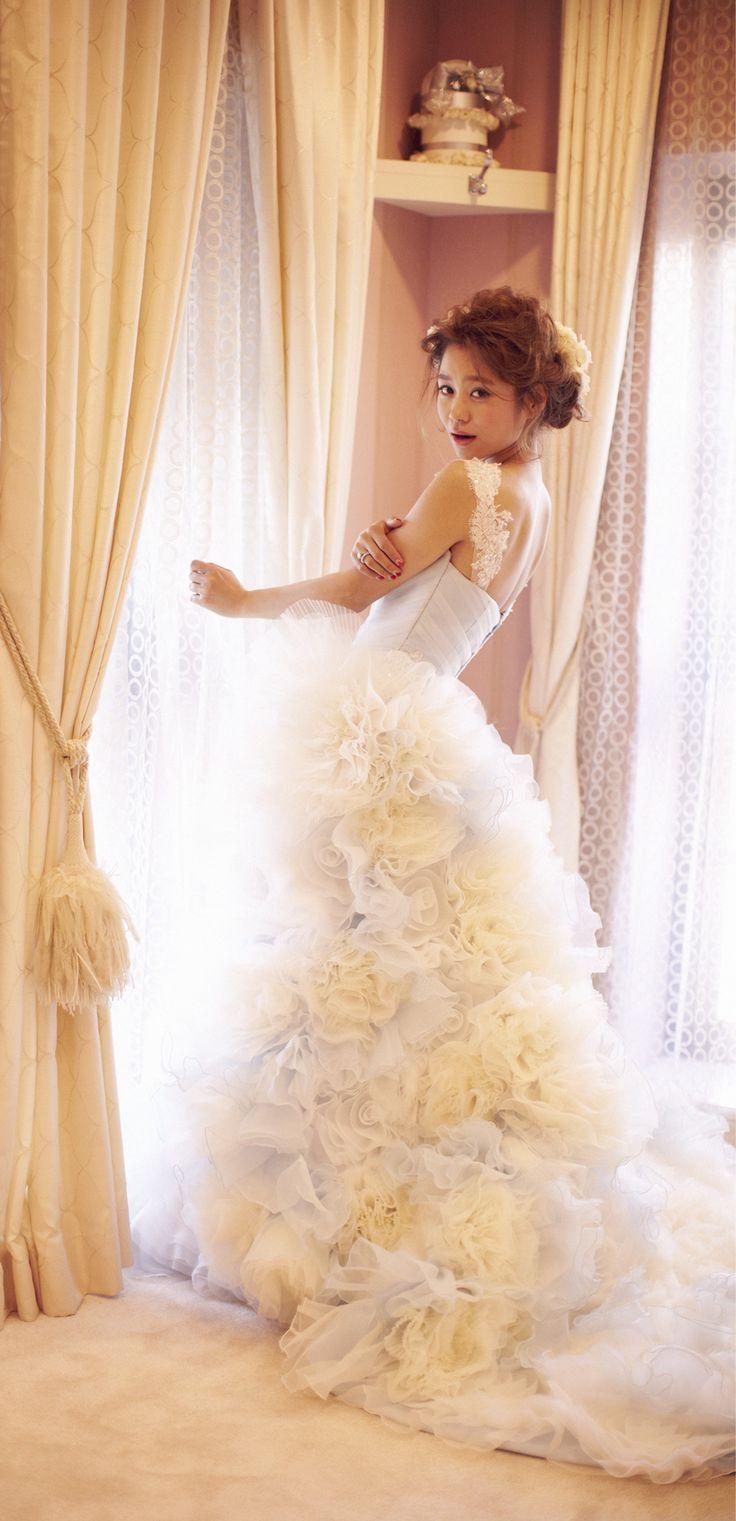 【THE HANY 2013 ローズ】ソフトマーメードライン。LOVEの花言葉をもつバラが咲き誇るドレスは、着れば誰もが美人花嫁に。ショルダーは取り外し可能で、付けて可愛く。外して大人っぽくアレンジできます。