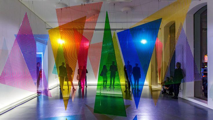 In de solotentoonstelling Radiant maakt Nicky Assmann (1980, woont en werkt in Rotterdam) gebruik van licht, mechanica en abstracte geometrie om optische verschijnselen te creëren waarmee ze het mentale en fysieke waarnemingsproces onderzoekt. Nicky Assmann combineert kennis uit de wetenschap, technologie en kunst in ruimtelijke installaties waarin de zintuiglijke ervaring centraal staat.