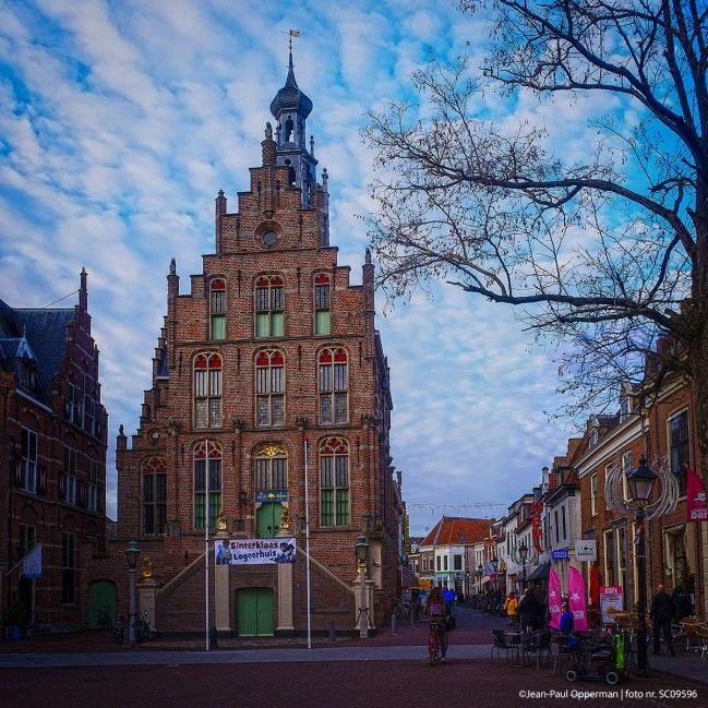 Mooi optrekje heeft Sinterklaas de komende weken in Culemborg. Tot pakjesavond huist de sint in het prachtige stadhuis van Culemborg op de Markt. Het statige rijksmonument dateert uit 1539 en geeft het Markt plein een niet Betuws aanzicht met zijn weidse uitzicht en karakteristieke gebouwen.